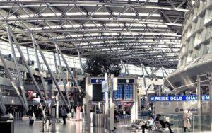 Saubere Flughafenhalle